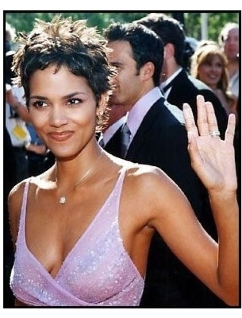 Halle Berry at the 2000 Creative Arts Emmys