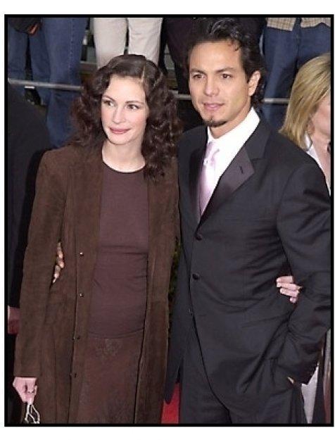 Julia Roberts and Benjamin Bratt at the SAG Screen Actors Guild Awards 2001
